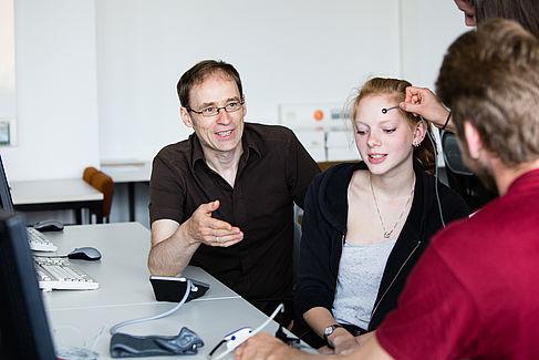 Professor mit Studierenden